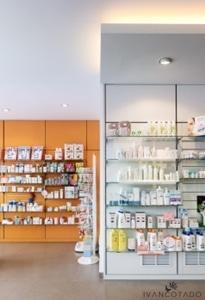 Iluminación Comercial. Farmacia en Betanzoa (A Coruña). Luz de halogenuros metálicos..
