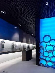 Interiorismo corporativo en Mundaka World, tienda de moda urbana en Santiago de Compostela.