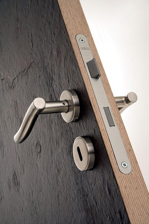 """Nuevos materiales constructivos. Evolución y aplicaciones. Puerta """"de piedra"""". Panel de Richter Furniertechnik."""