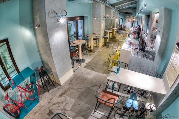 Bicycle Bar en Bucarest, Rumania; es un bar conceptual el cual acepta con gusto todas las donaciones de bicicletas usadas y todos sus artículos relacionados