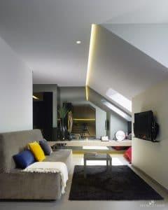 Interiorismo Ático-Piso-Vivienda en A Coruña. Salón, espejo fumé, sofá a medida forrado en terciopelo gris