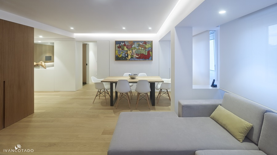 Diseño y reforma de piso en Galicia. Salón y cocina al fondo