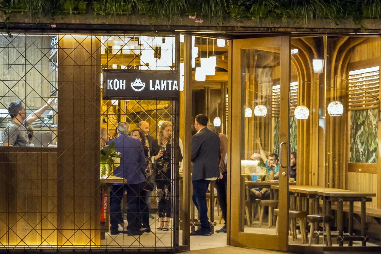 Koh Lanta toma su nombre de una isla tailandesa de la que se enamoró su propietario en un viaje. El diseño de este restaurante es el proyecto ganador del Premio Incitus, en Galicia