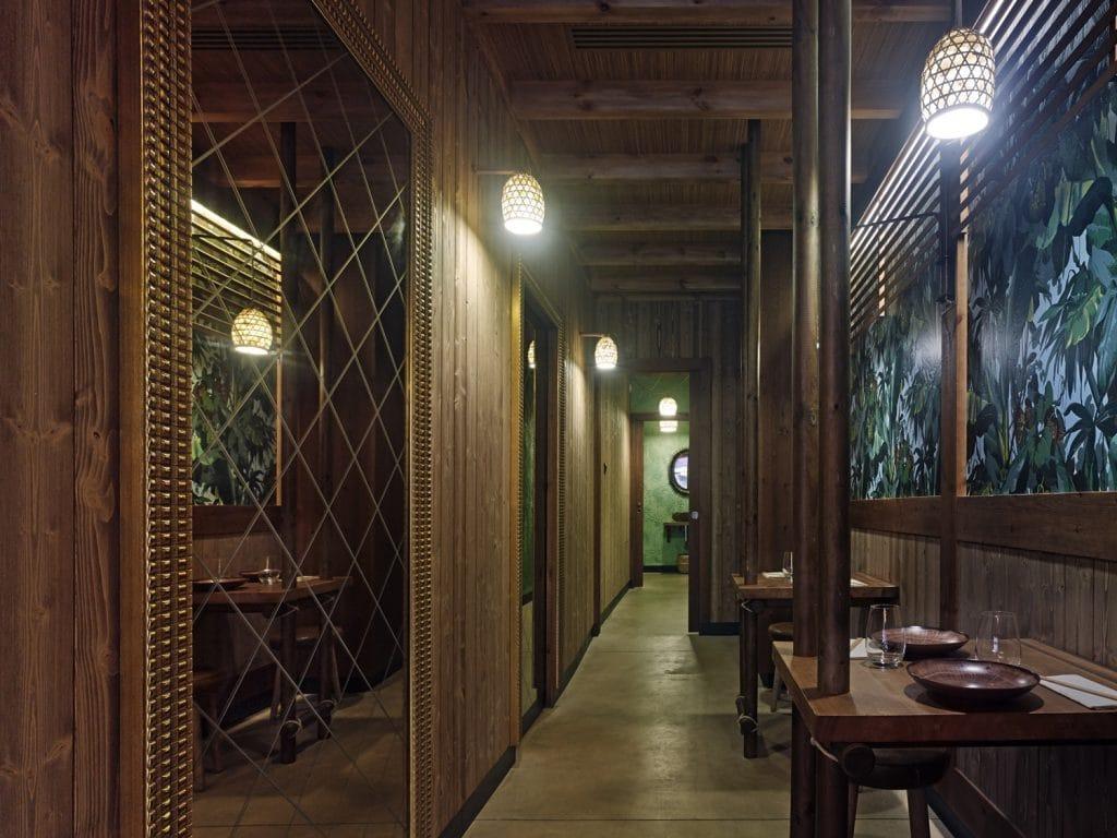 Mesas laterales en diseño de restaurante Koh Lanta en A Coruña (Galicia)