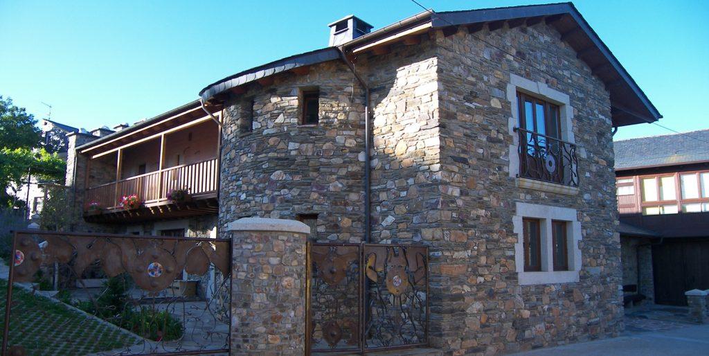 Fachada, torreón y balconada en casa unifamiliar