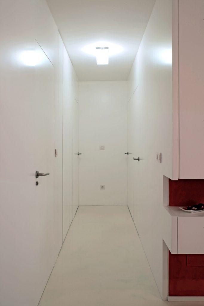Diseño interior de piso en Galicia. Detalle puertas totalmente enrasadas con los paños verticales