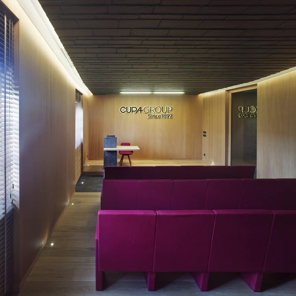 Sala de Proyecciones con techo y paramento en Cupaclad en el nuevo Showroom experiencial de Cupa Pizarras en Galicia
