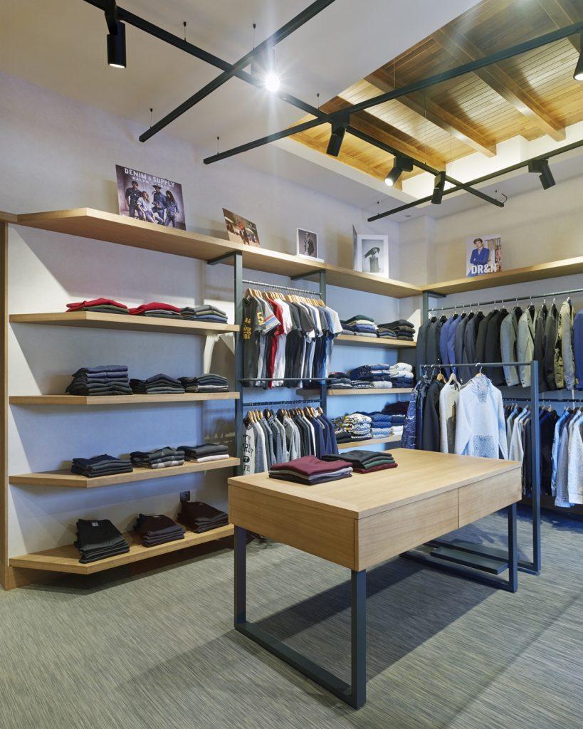 Mostrador de atención y exposición en tienda de moda hombre Madrás en Viveiro-Lugo
