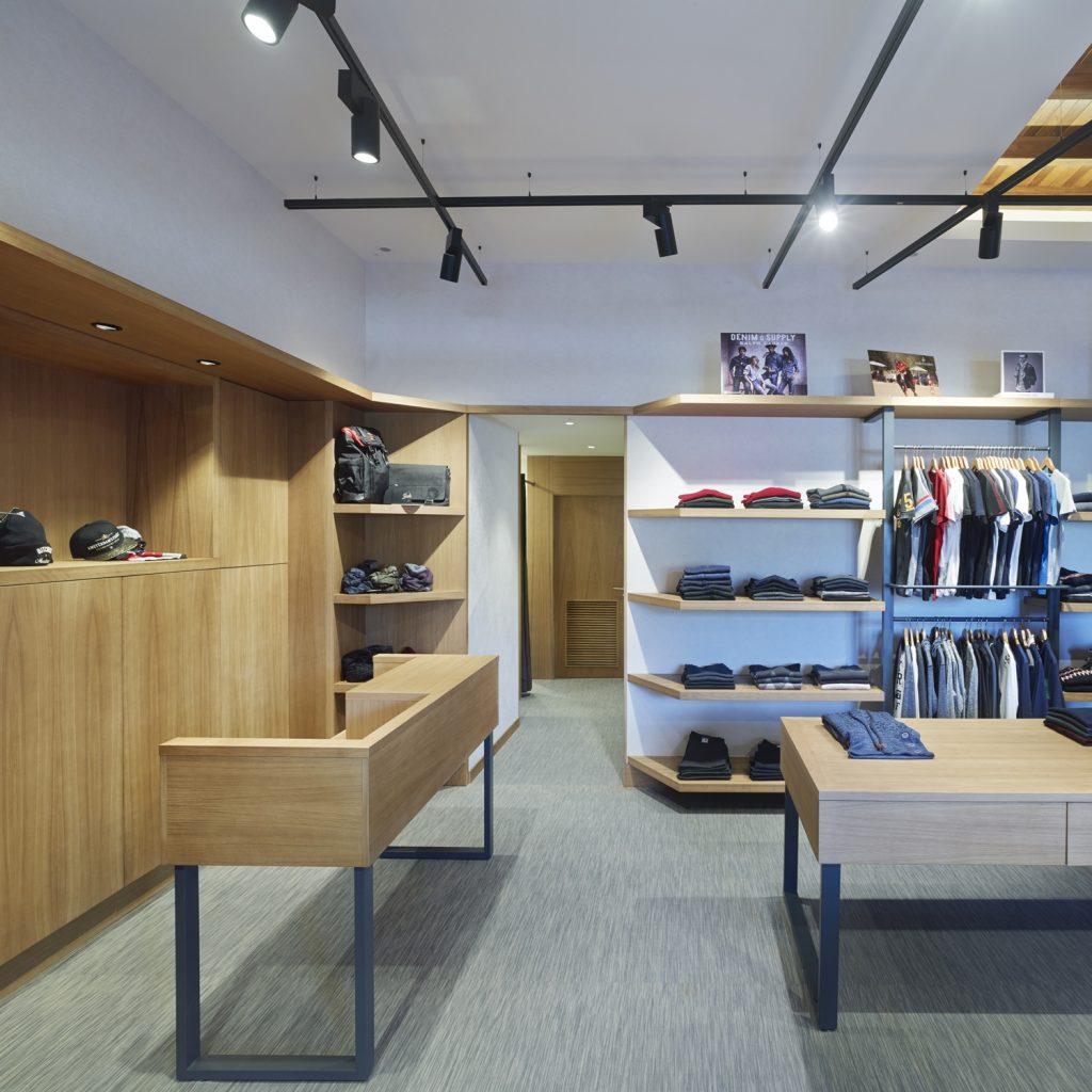 Vista general e iluminación en tienda de moda hombre Madrás en Viveiro-Lugo