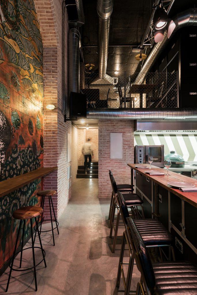 Vista grafiti y barra en restaurante Pracer