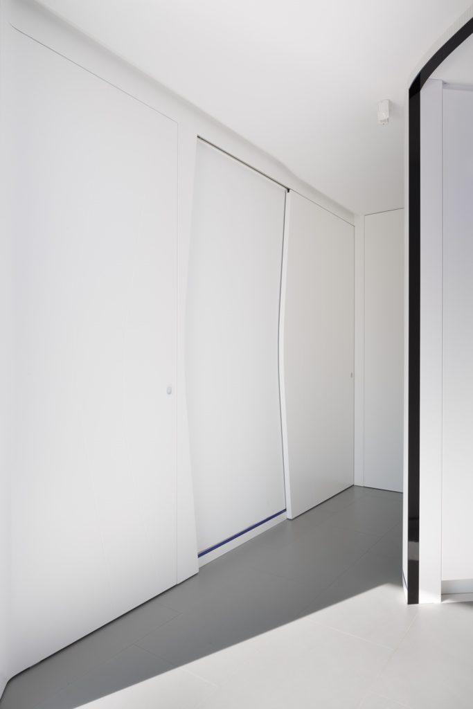 Pasillo y puerta corredera-Diseño interior vivienda futurista en Elche