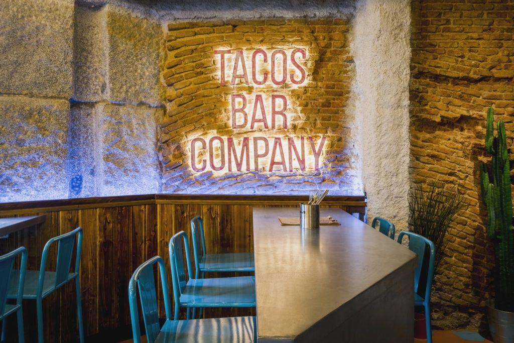Detalles en neón en Diseño restaurante mexicano Tabaxco en Madrid
