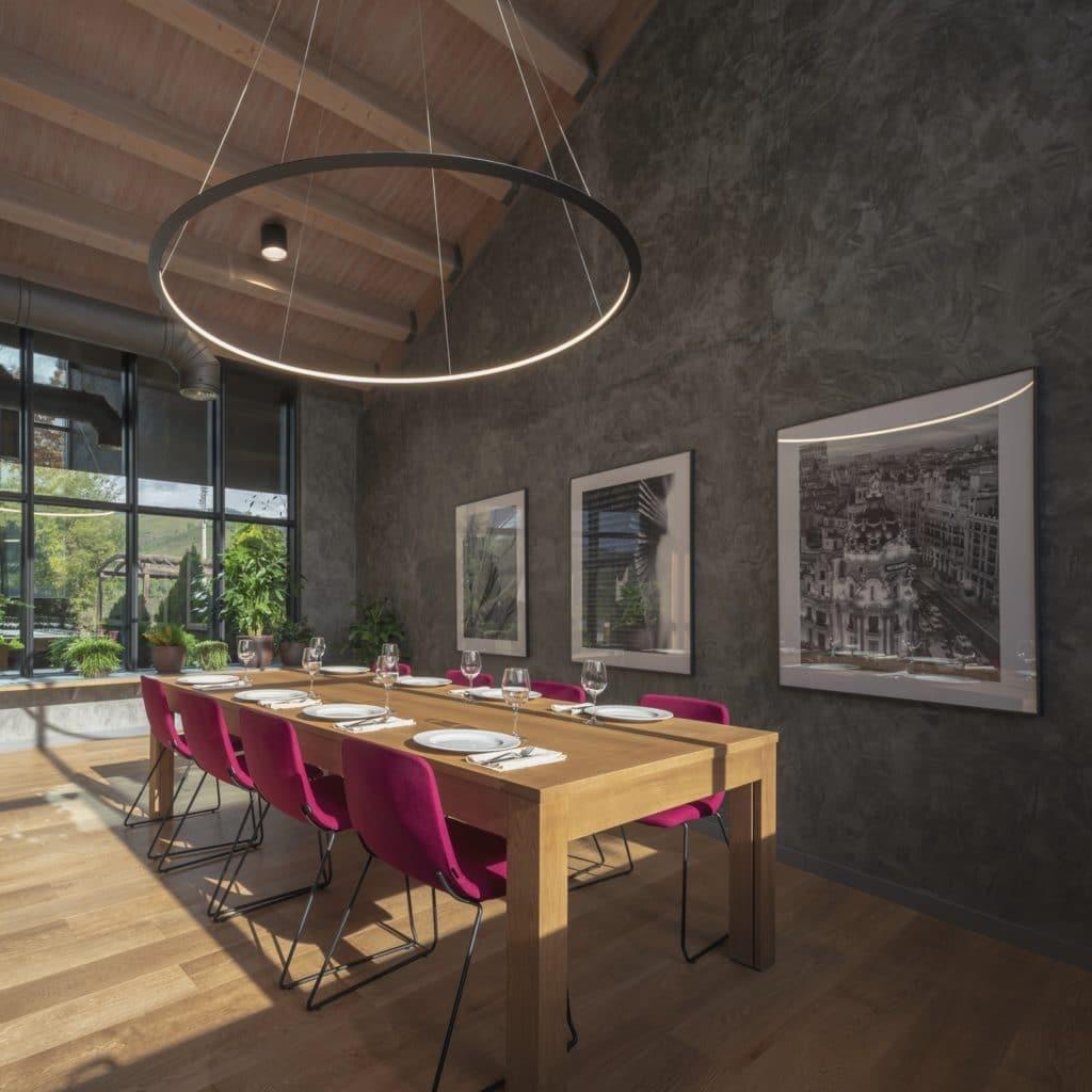 Diseño propio de mesa en madera de roble en Interiorismo Estratégico en comedor para clientes de CUPA Pizarras